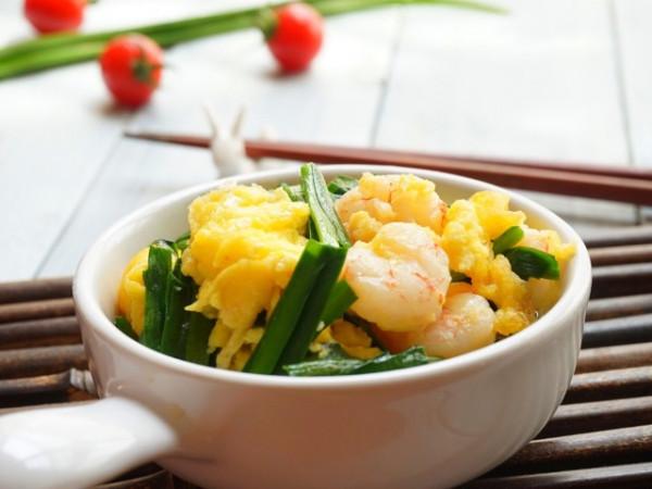 Trứng xào hẹ với tôm nõn
