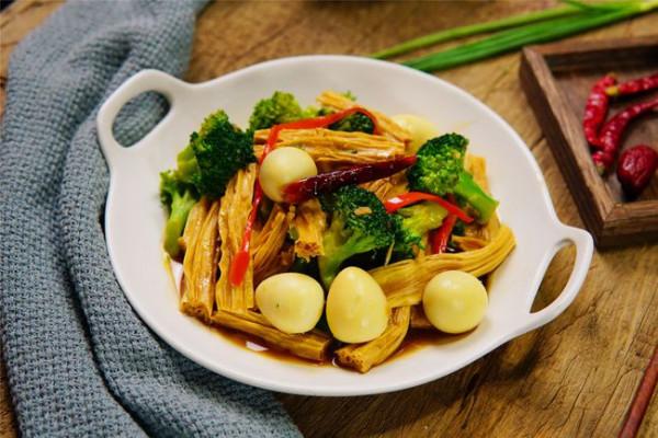 Bông cải xanh xào trứng cút và tàu hũ ky