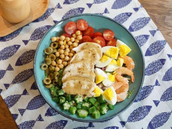 Salad gà nướng với tôm và trứng