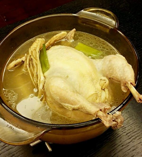 Canh gà hầm nhân sâm Hàn Quốc