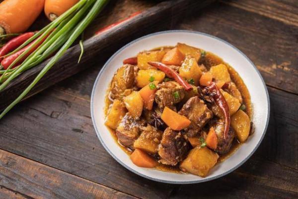 Sườn heo om khoai tây, cà rốt