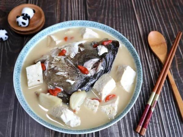 Canh đầu cá mè nấu đậu phụ